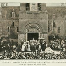 La sede del Catholicós de Todos los Armenios está en Etchmiadzin en Armenia.