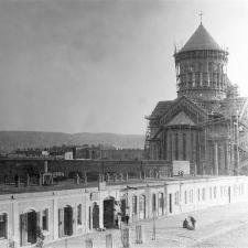 El primer pozo petrolero en Bakú fue excavado por Mirzoev (Hovhannes Mirzoyan) en 1871.